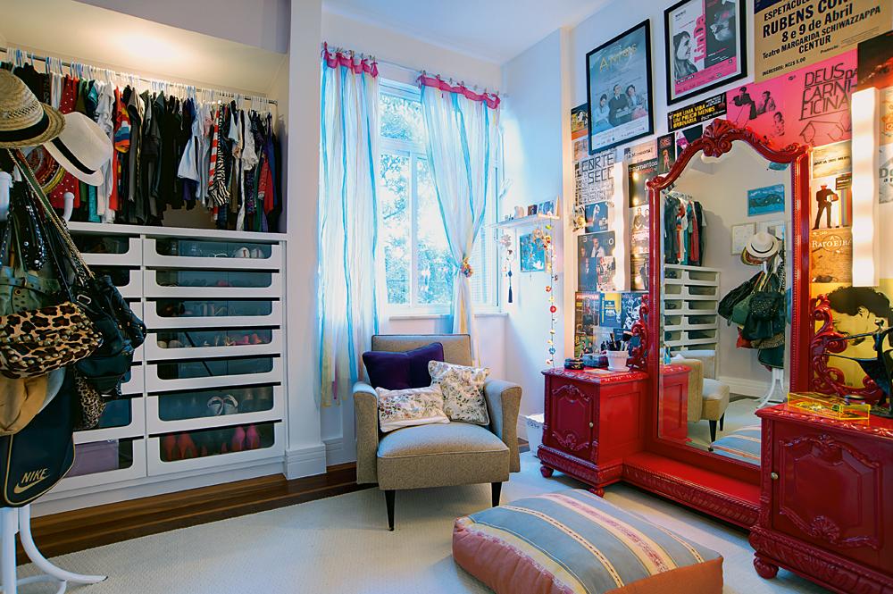 De menina:  Vista geral do closet, feito com clima de camarim, que é o canto de Fernanda. A poltrona, local preferido de leitura, é da Hully Gully