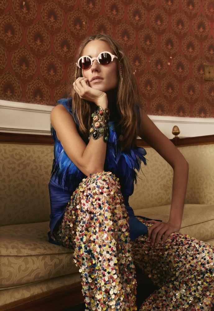 Vestido Triton R$ 3.900,  calça Cantão R$ 1.200,  óculos Alexandre Herchcovitch R$ 1.699,  braceletes Marco Apollonio R$ 475 (cada)