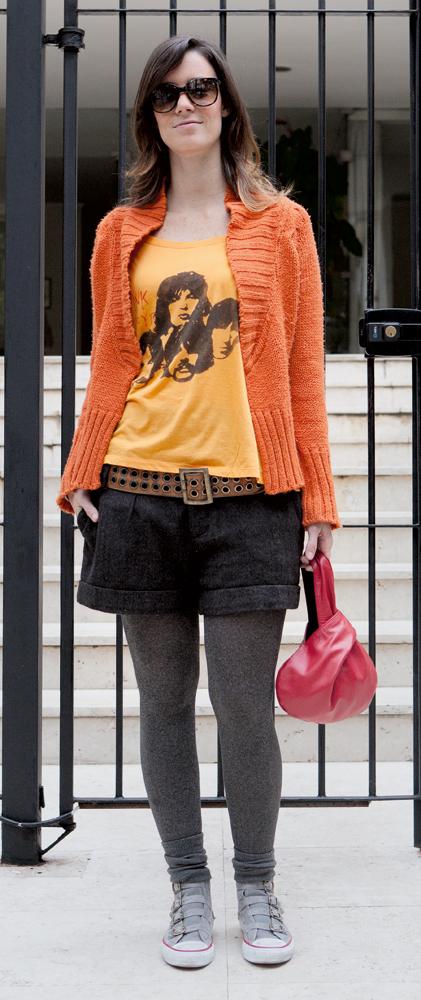 """domingo  14/8 às 16h30  """"Fui almoçar na casa dos meus pais, com a família toda.  Estava de laranja, que é minha cor preferida. Quando quero  me sentir bem, uso essa cor.  Este casaco está no meu  guarda-roupa há dez anos!""""  Óculos Ray-Ban/Casaco Zara/Camiseta Deejay T-Shirts/Short comprado em Buenos Aires/Cinto e bolsa comprados no bairro do Bom Retiro (SP) /Meia-calça Lupo/Tênis All Star"""