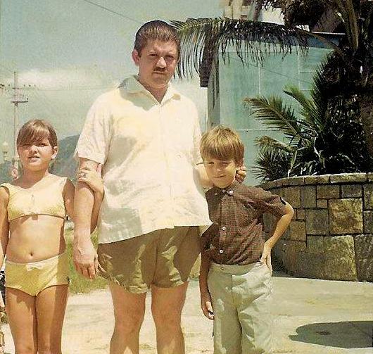 Marcelo com  o pai e a irmã Ana Lucia,  no Leblon (RJ), na casa onde moravam