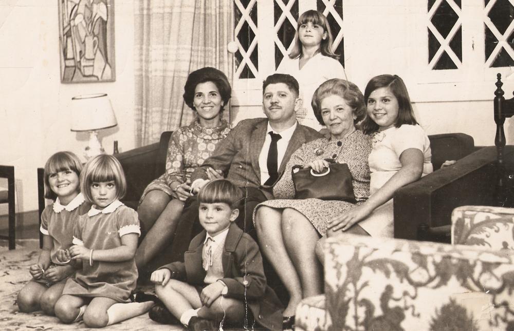 Pose para foto: à frente, Ana Lucia, Beatriz  e Marcelo;  no sofá, os pais, a avó materna  e Vera; e,  em pé, Eliana, em 1964