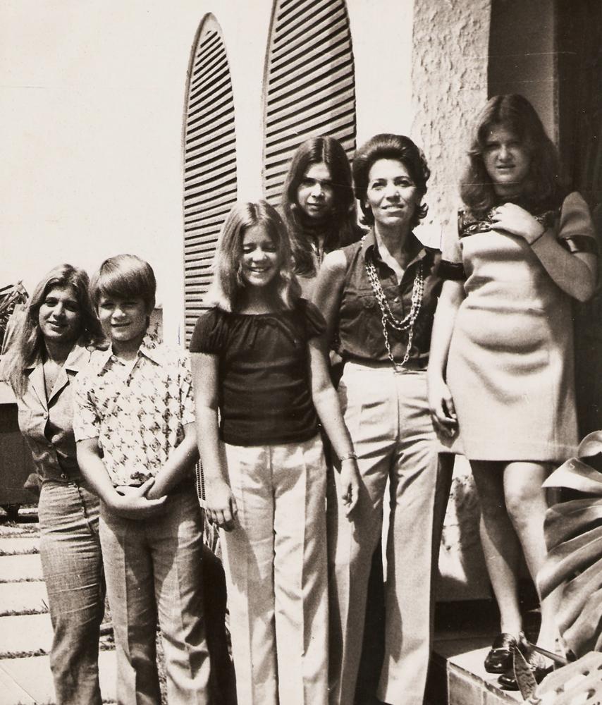No Rio de Janeiro, em 1971, ano  em que seu pai desapareceu, Marcelo  e as mulheres  da família