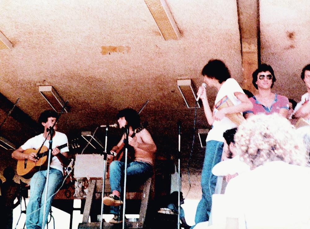 Sem camisa, tocando violão com  a banda  de amigos da Unicamp, onde cursou engenharia agrícola, antes do acidente