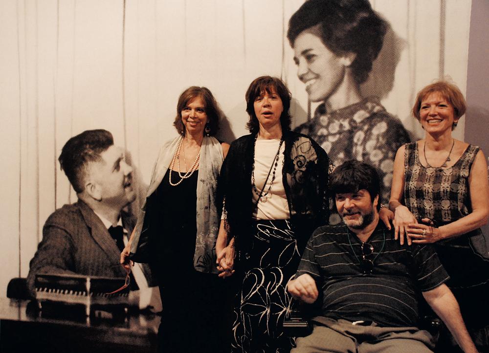 """Com as irmãs Vera, Beatriz  e Ana Lucia,  na exposição em homenagem ao pai, o deputado Rubens Paiva:  """"A história  do meu pai é uma coisa da qual não consigo  me libertar"""""""
