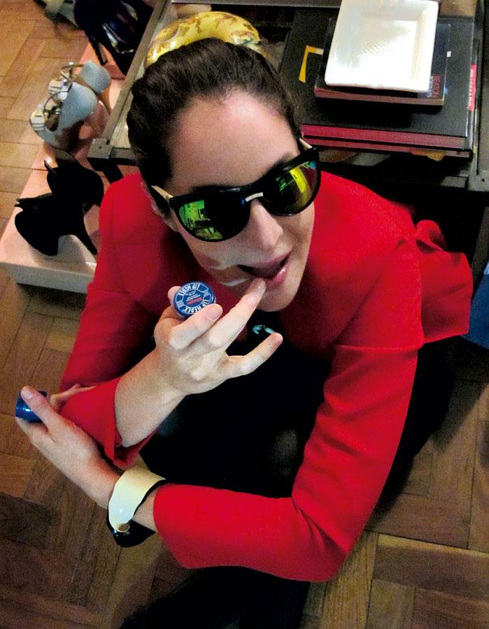 'A minha boca costuma ficar muito ressecada. Uso o Lip Medex, da Blistex, que dá alívio imediato, porque é bem grosso e tem cânfora. Levo na bolsa e passo muitas vezes ao dia. Ele é bom de usar no frio também, quando vou esquiar é o que levo. No calor, prefiro a pomada Bepantol.' Vanda Jacintho, 31 anos, diretora de criação e stylist de moda