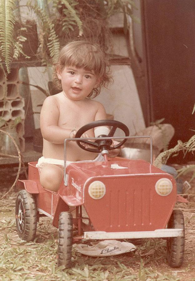 Aos 2 anos, no quintal da casa em que cresceu