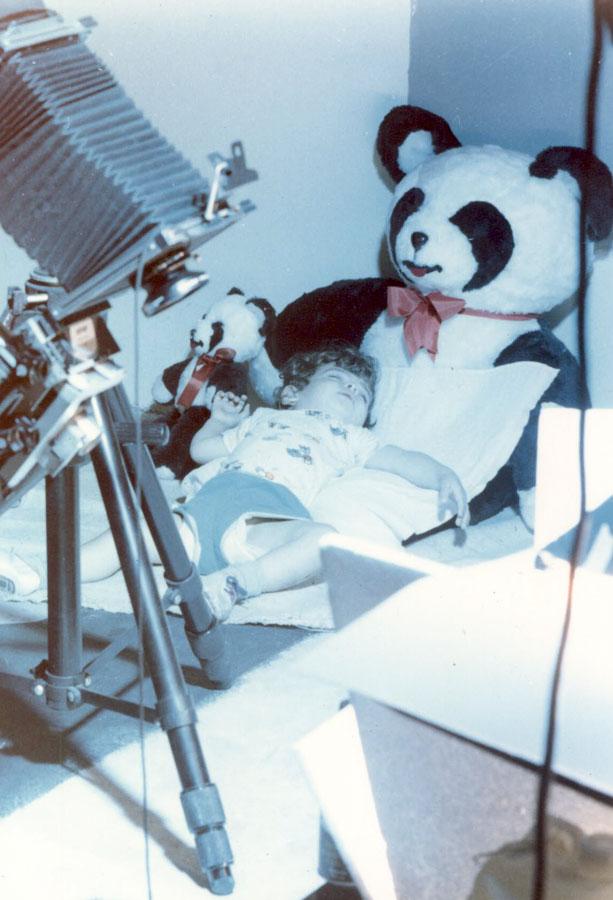 Dormindo no estúdio do pai, onde passava as tardes