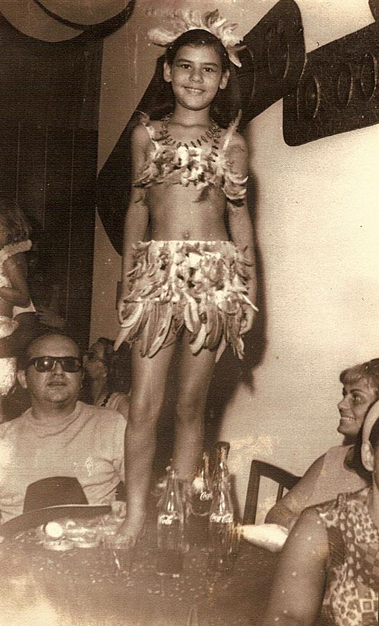 Aos 12 anos, com os pais, no Carnaval do clube Caiçaras, em Santos (SP)
