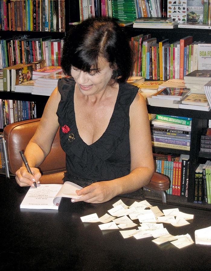 No lançamento de Por que homens  e mulheres traem?,  na livraria da Travessa, no Rio, em 2010