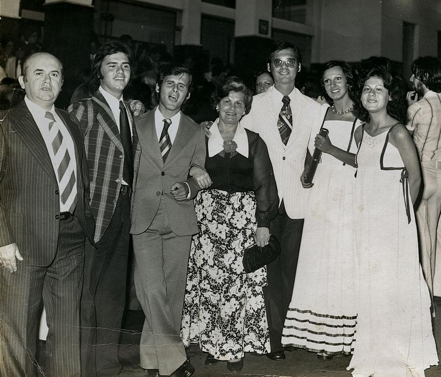 Em uma festa de família, aos 19 anos. Da esq. para a dir.:  o pai, Benjamin, os irmãos Nelson e Paulo (já falecido), a mãe, o irmão Carlos, sua mulher, Lucy e Mirian