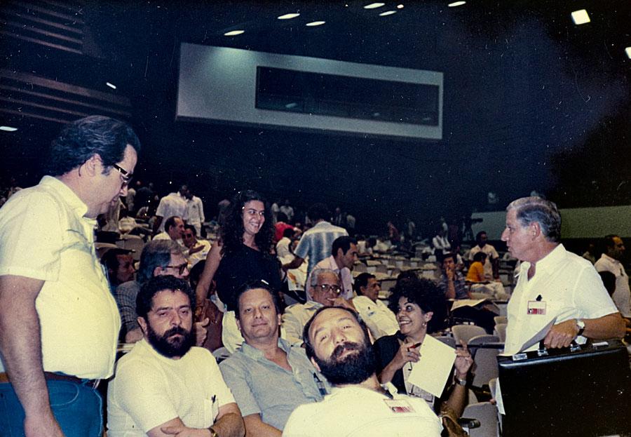 Em Cuba, atrás de Lula, o físico Luiz Pinguelli Rosa (de azul), Jair Meneguelli, a historiadora e filósofa Marilena Chaui (sentada) e o político Severo Gomes