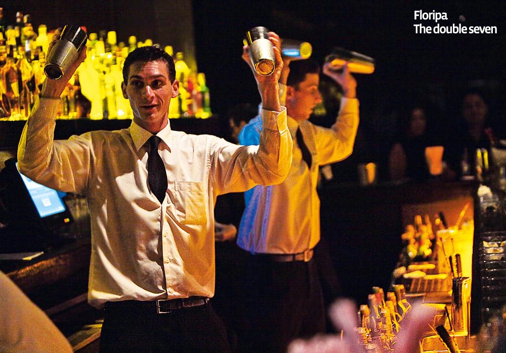 The Double Seven - O bar de NovaYork que chegou este ano a Floripa fica na rua mais charmosa do centro da cidade: a Bocaiuva. É legal ir cedo para jantar no restaurante e depois dar uma esticadinha no lounge, onde rolam baladinhas sossegadas com DJ ou com uma banda de jazz. Ferve sextas e sábados. Vou passar o fim do ano em Floripa e quero garantir meu lugar ao sol neste bar. Vai lá: The Double Seven – r. Bocaiuva, 2.198, centro, Florianópolis, SC, (48) 3207-8827
