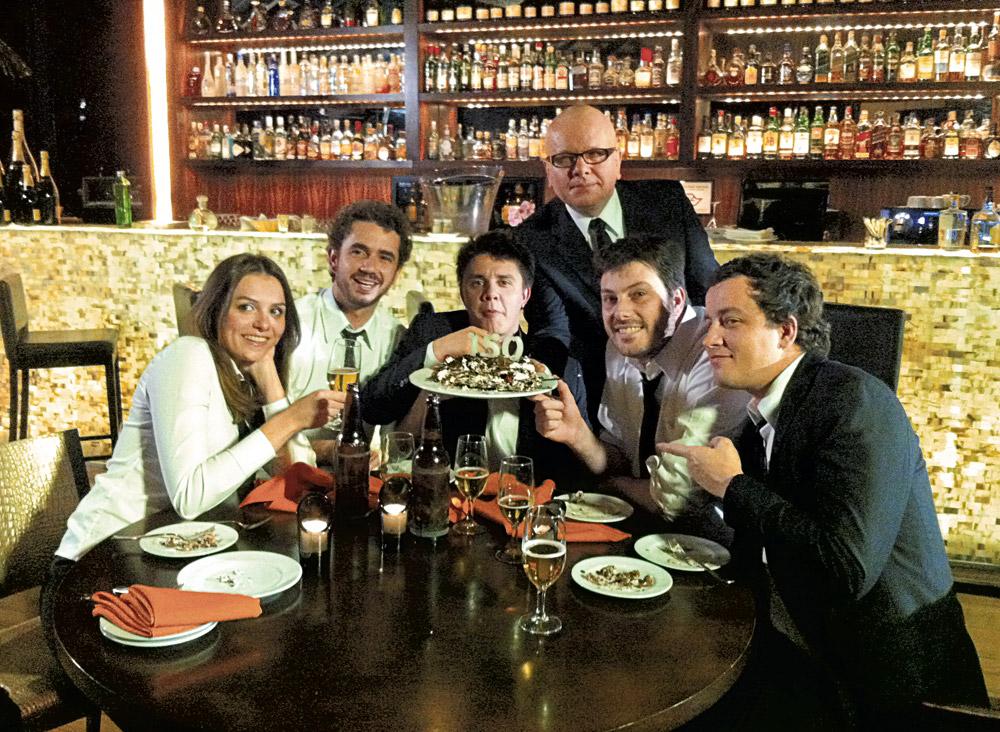 Com os colegas Felipe Andreoli, Oscar Filho, Danilo Gentilli, Rafael Cortez e Marcelo Tas, durante gravação do 150º CQC
