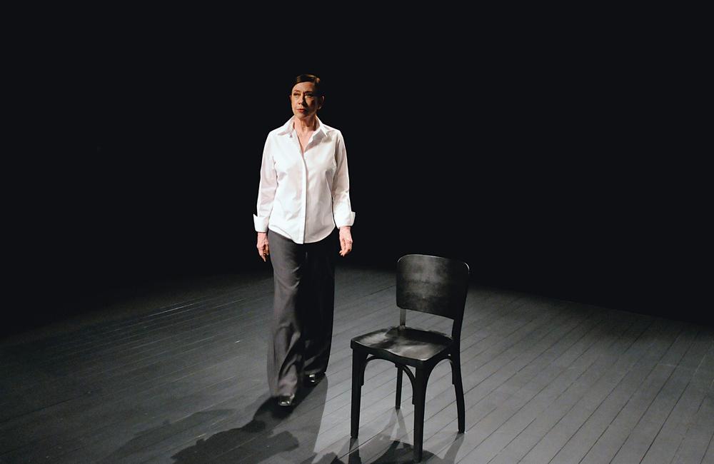 Na peça atual, como Simone de Beauvoir, em Viver sem tempos mortos
