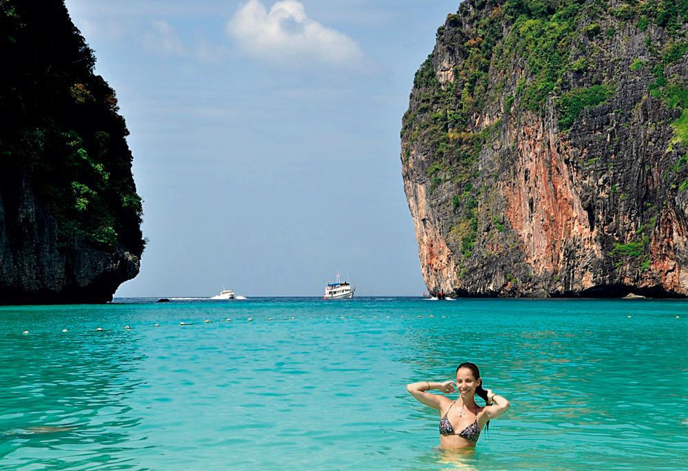 Ko Phi Phi - Phuket: Fui para Phuket (na Tailândia) no fim do ano passado com o meu marido. Para chegar lá você tem que passar por Bangcoc, que é incrível (vale ficar pelo menos uns dois dias para visitar os templos). Ficamos no Amanpuri, que fica na Pansea Beach,  mas o bacana é sair de barco para conhecer outras praias, como Ko Phi Phi. É o mar mais lindo que já vi, de um verde azulado tão claro que parece iluminado. As rochas também são lindas, altas e têm cavernas. O colorido do lugar é tão diferente e me encantou tanto que foi o ponto de partida para a última coleção de verão da Triya (Sea Inside)
