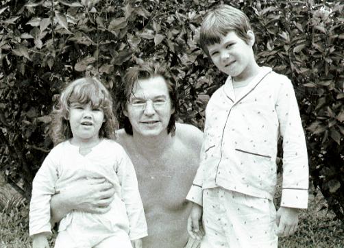 Com o avô Tom e o irmão, Daniel,  no sítio Poço Fundo, em São José do Vale  do Rio Preto, em 1979