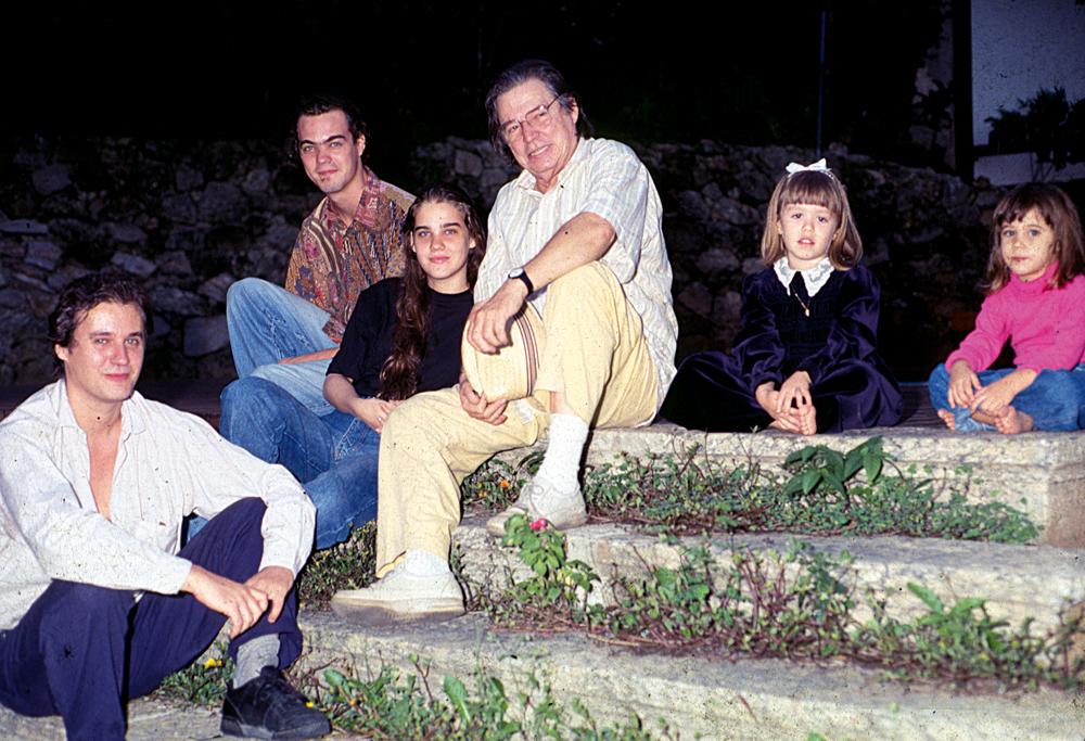 Da esq. para a dir., o pai, Paulo, o irmão, Daniel, Dora, Tom, a tia Maria Luiza e a irmã, Isabel, em 1993
