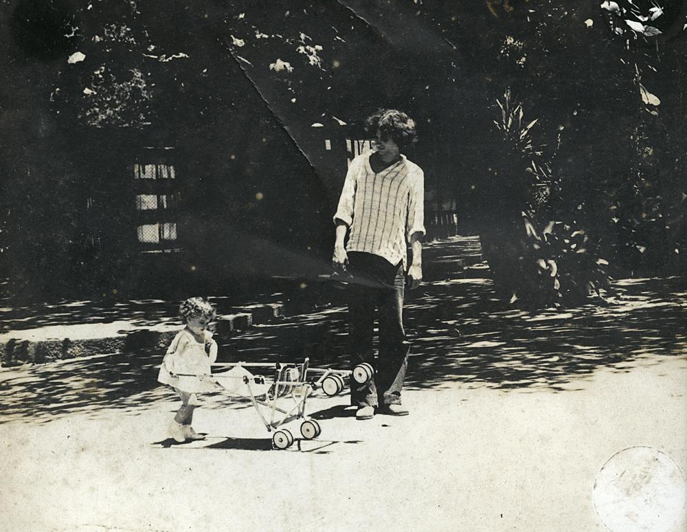 Dora com o pai, Paulo, no zoológico do Rio de Janeiro, em 1978