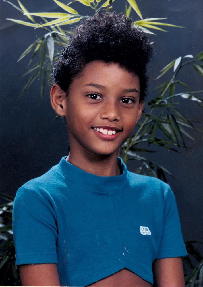 Taís aos 7 anos, na época em que morava no Méier