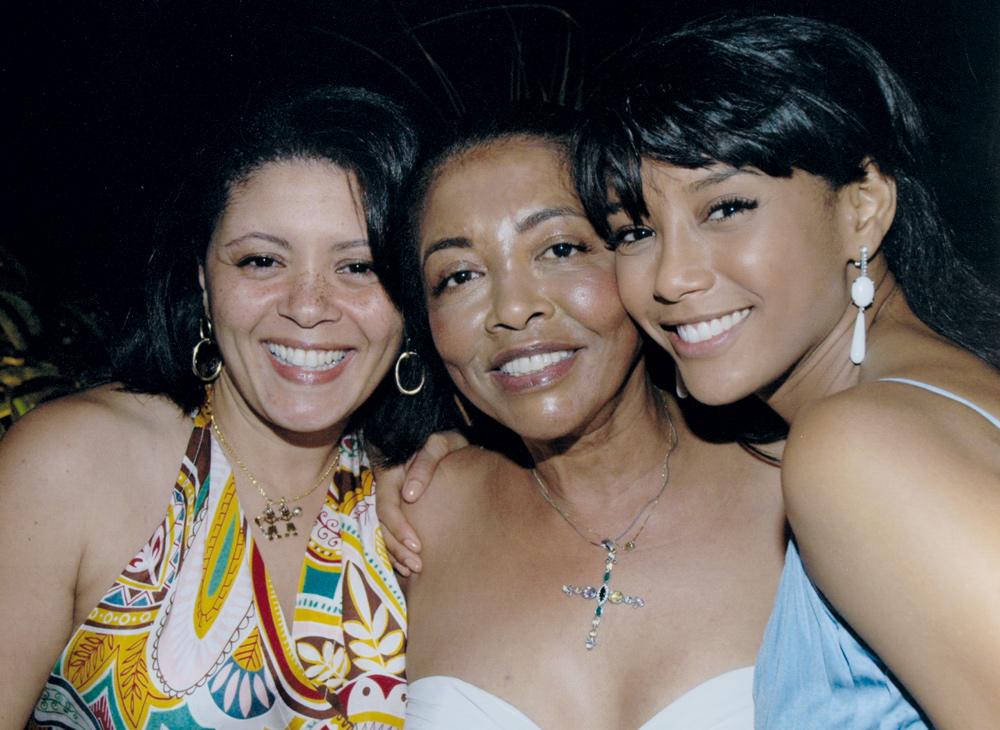 Mulheres de família: ao lado da mãe, Mercedes, e da irmã, Cláudia