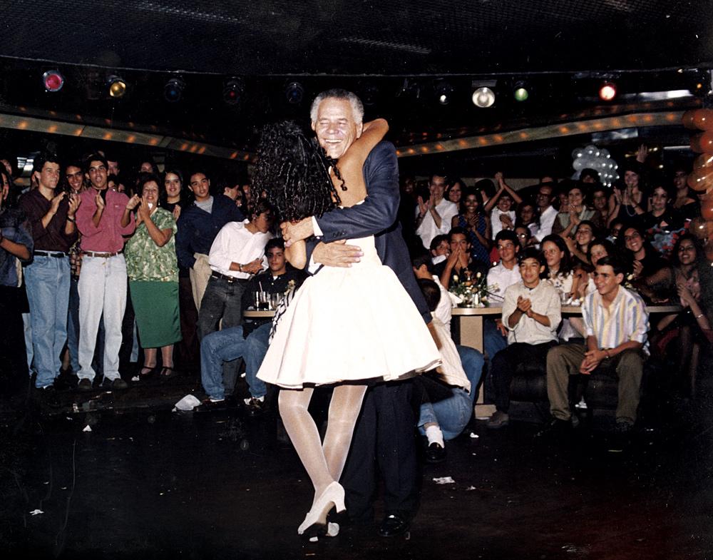Abraçada ao pai, na sua festa de 15 anos, na boate Mikonos, point dos anos 90, no Rio