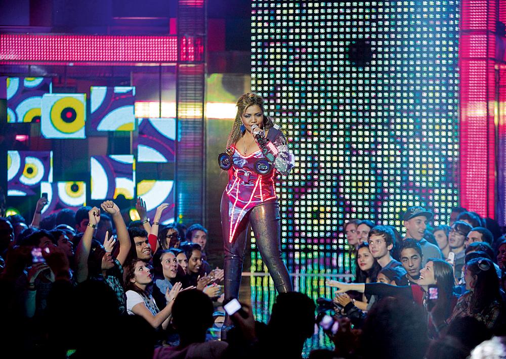 Gaby sobe ao palco do VMB com figurino inspirado nas aparelhagens: LED, neon e alto-falantes