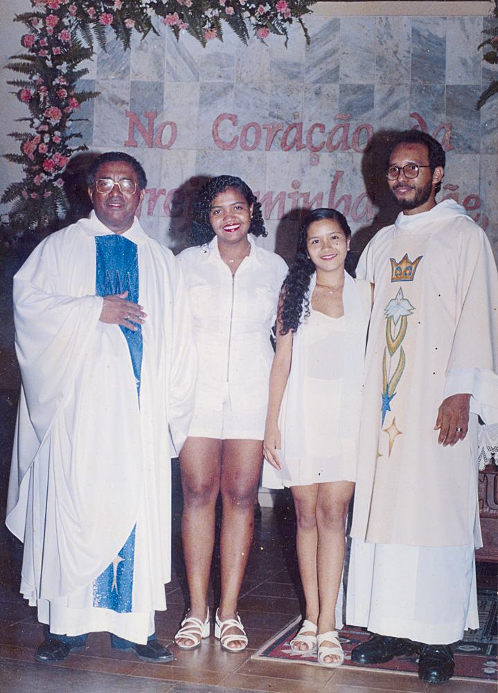 Na paróquia de Santa Teresinha do Menino Jesus, onde já cantava, aos 17 anos