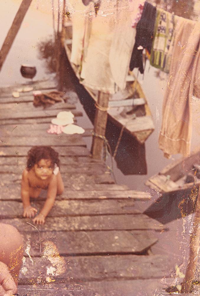 Gaby, aos 2 anos, na casa da avó materna, que vivia na beira do rio, em São Miguel do Guamá (PA)