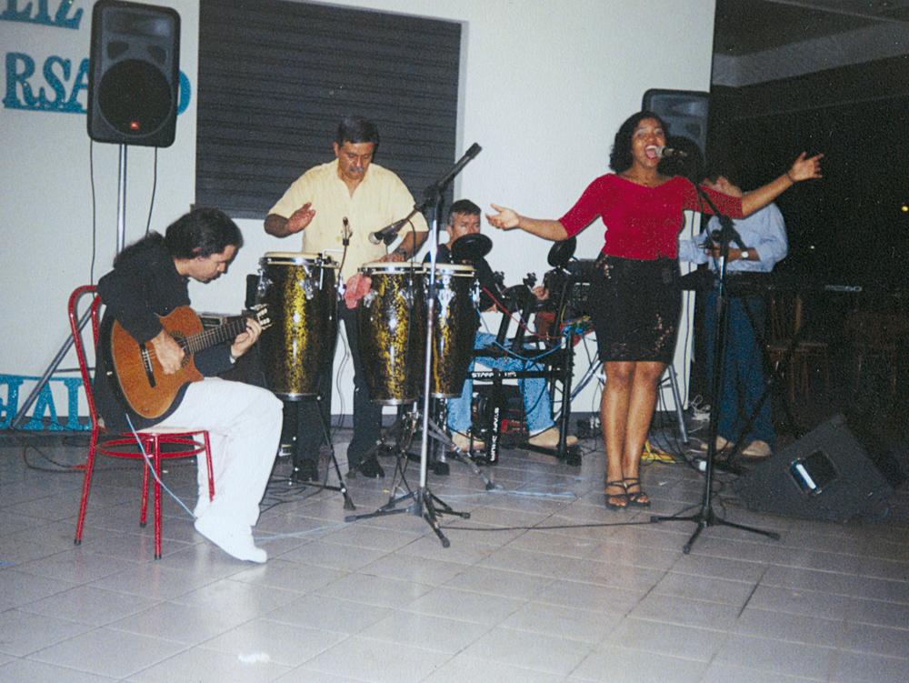 Com a primeira banda, cantando MPB em barzinho de Belém, em 1997