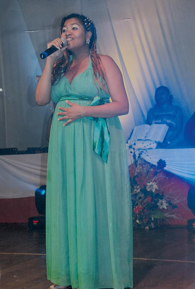 """No Natal de 2008, Gaby, grávida, em festa religiosa: """"O Davi trouxe energia para minha vida"""""""