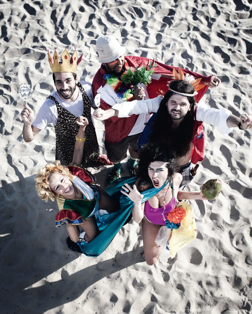 O grupo Abra na praia de Ipanema, vestidos a caráter