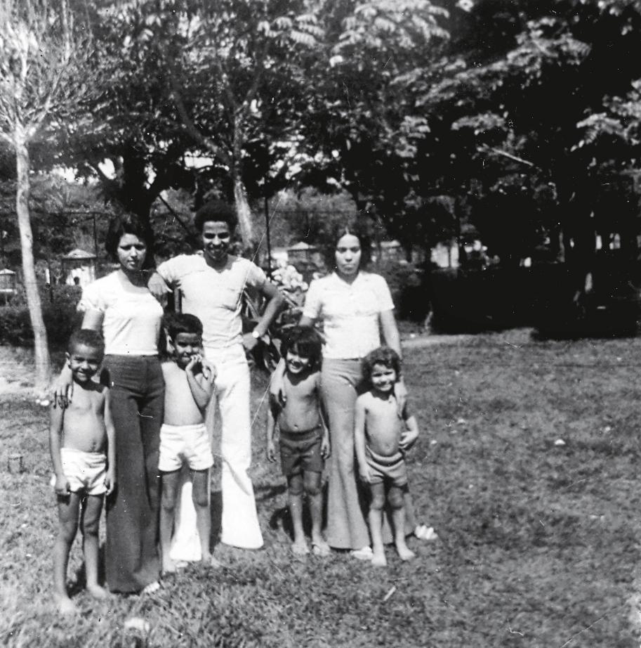 Com a mão na boca, no zoológico de Belo Horizonte acompanhado de irmãos e primos em 1973, ano em que perdeu a mãe