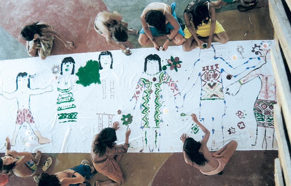 Em uma das viagens para resgatar artesanatos quase extintos com a tribo Craós, de Tocantins, em 2007. As crianças delinearam e depois preencheram seus próprios vultos