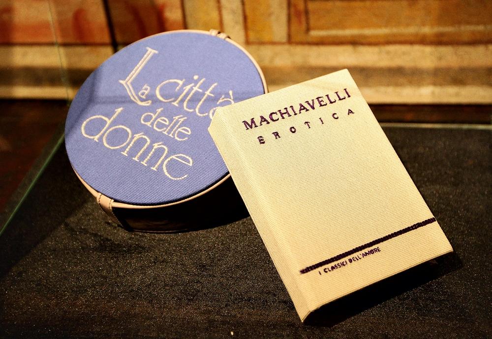 Bolsa-carteira inspirada no livro Contos eróticos, de Maquiavel