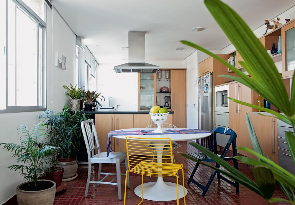 Iluminada -  A cozinha já estava reformada quando Mariana se mudou. A mesa Saarinen veio da casa do pai, e as cadeiras são da Micasa e da Forma. O caminho de mesa colorido veio de uma viagem ao México