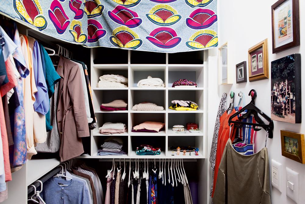 Organizada - O closet, arrumadíssimo, ganhou tecido africano comprado em Londres