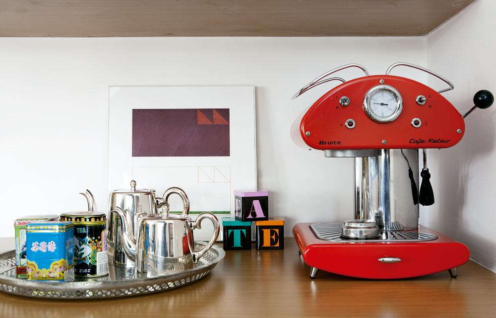 Coffee time -  Os bules antigos de prata foram presente de 30 anos de uma grande amiga. O quadro é de Antonio Lizárraga