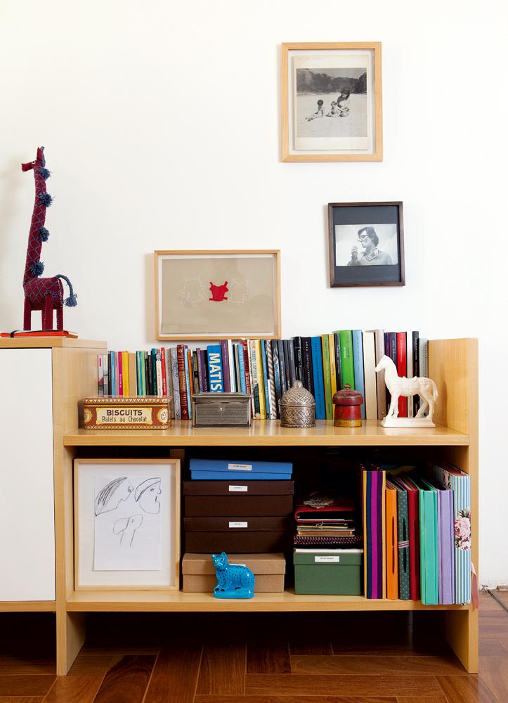 Intimidade -  No quarto, além das caixas que guardam cartas, fotos e lembranças, a estante comporta mais alguns livros queridos, um desenho da mãe colocado em uma caixa de acrílico e fotos da juventude dos pais. A girafa veio do México