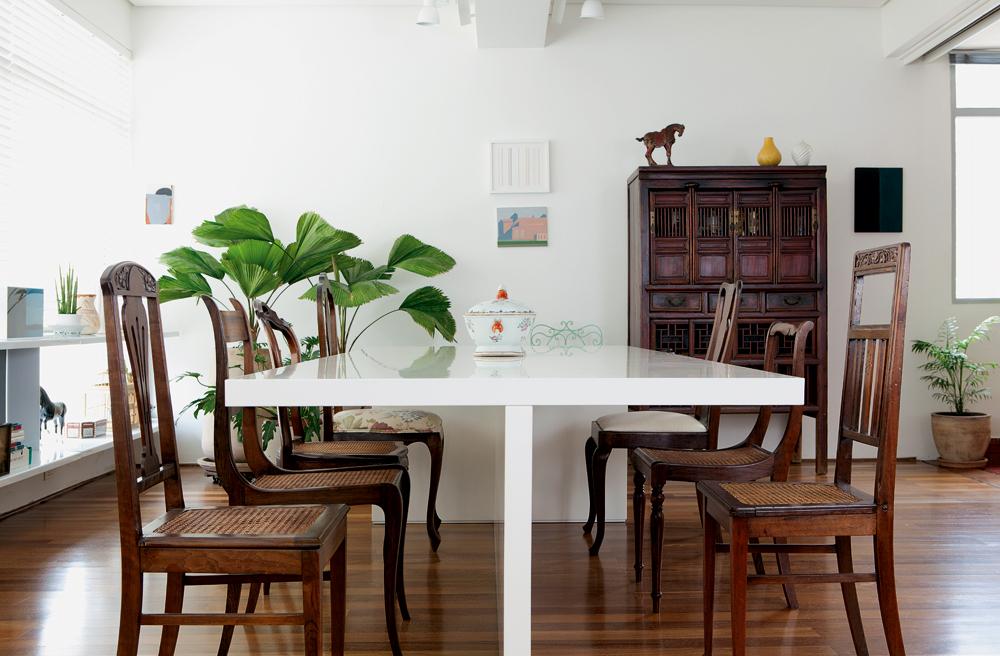 Tá na mesa - Mesa Micasa e cadeiras compradas no antiquário Herrero. Ao fundo, bar da L'oeil