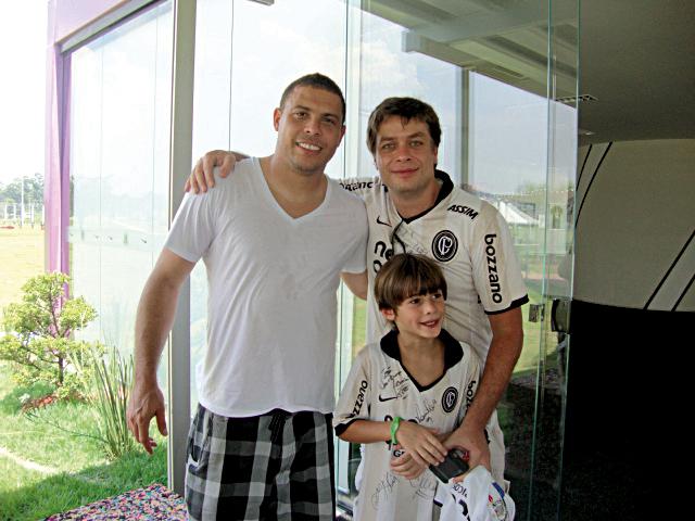 Com o filho, em momento tiete: autógrafo de Ronaldo, num treino do Corinthians, em 2011