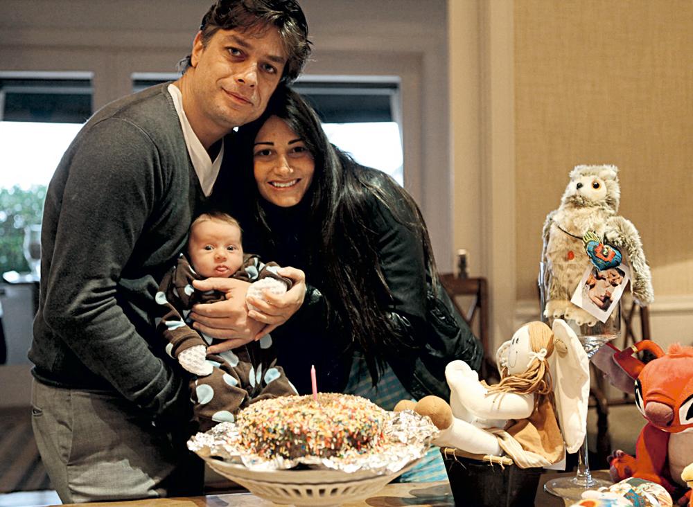 Fabio e Karina comemoram o primeiro mês de vida de Ella Felipa, que puxou os olhos do pai