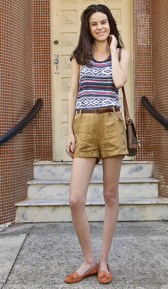 sábado (8h10) 'Hoje vou fazer umas fotos externas e, como está muito quente, escolhi o shortinho e a regata, que são de tecidos leves' - Camiseta comprada em NY, Short Julia Aguiar, Bolsa À La Garçonne