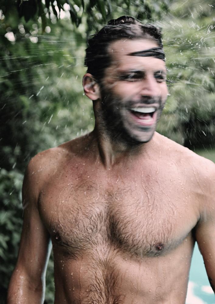 Henri Castelli matando o calorão na água gelada da piscina...