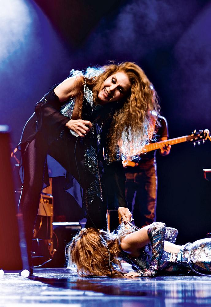 Beijando os pés de Wanderléa, em show que também teve a participação de Marina Lima