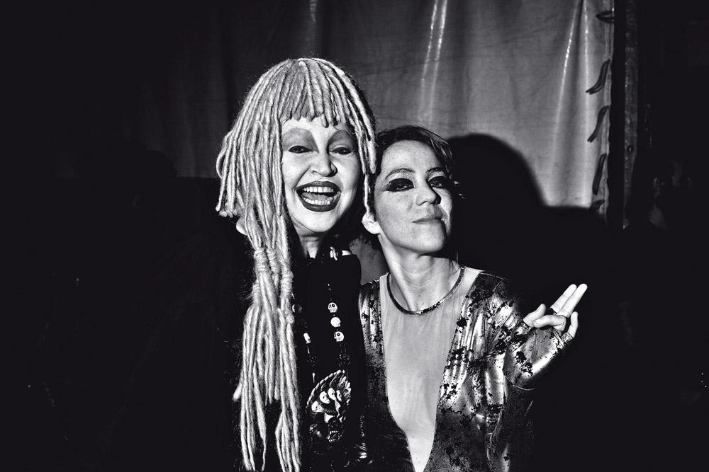 Com Elke Maravilha, em 2011, no camarim do Circo Voador (RJ)