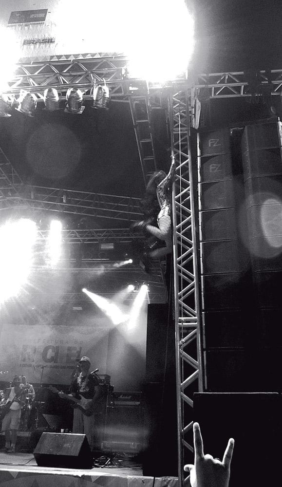 """Fazendo um """"pole dance dos infernos"""" no Carnaval de Recife deste ano"""