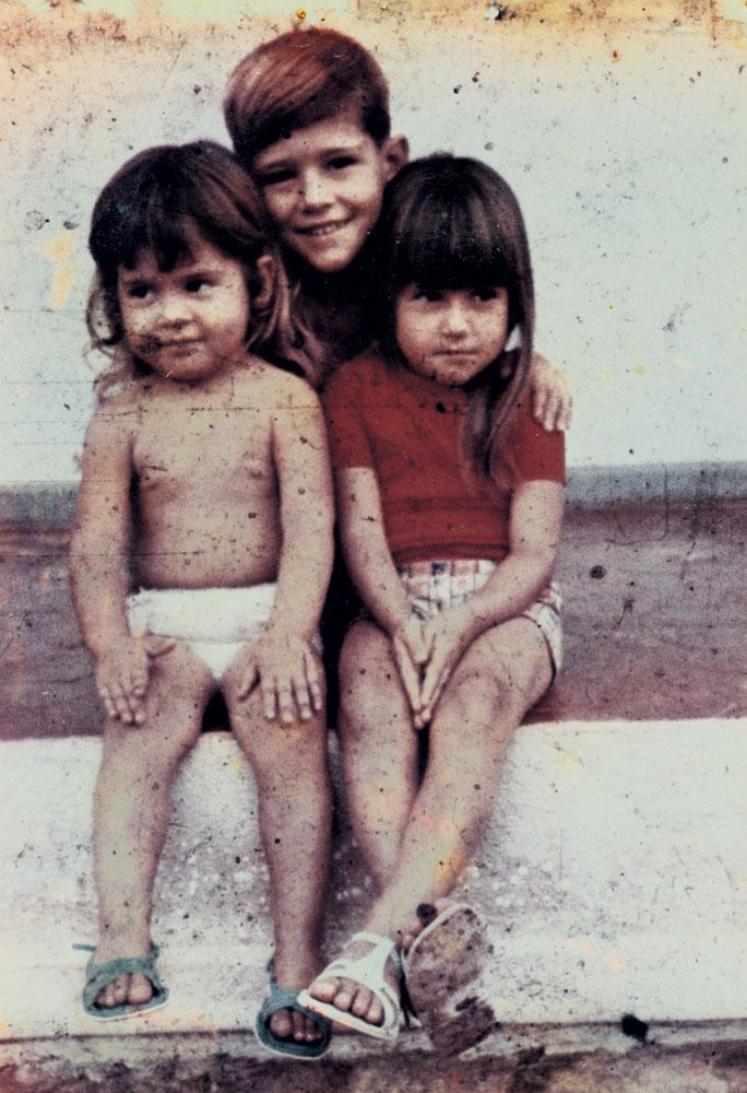 De fralda, com dois dos irmãos, Anselmo e Mônica