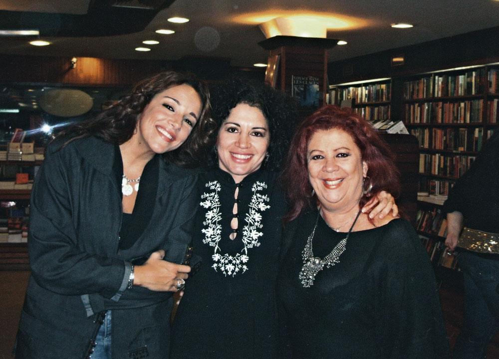 No lançamento de Desato, na livraria Argumento, entre as cantoras Ana Carolina e Beth Carvalho
