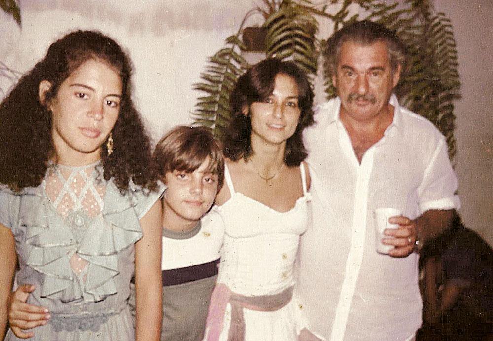 Em 1984, Viviane com o primo Sandro, a amiga Janete e seu pai, Anselmo