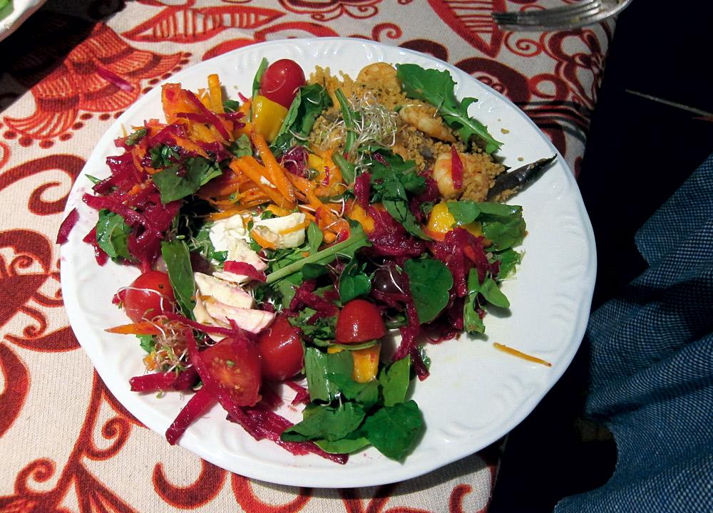 """""""Salada e cuscuz de camarão na casa da minha mãe, Isabel, onde fizemos a festa para o Pedro"""""""